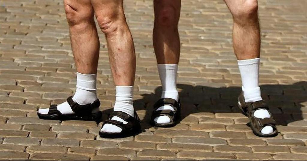 los 12 errores imperdonables de un hombre a la hora de vestir calcetines con sandalias